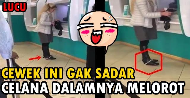 video Cewek Ini Gak Sadar Celana Dalamnya Melorot Saat Ambil Uang di ATM