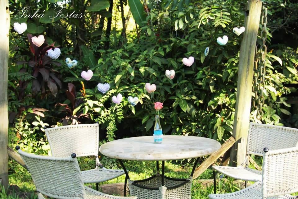 festa-decoracao-romantica-mesa-convidados-coracoes-pendurados