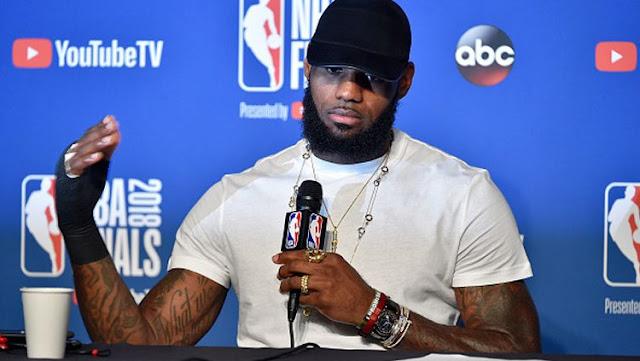 LeBron James, pemain megabintang Cleveland Cavaliers memperlihatkan tangannya yang cedera