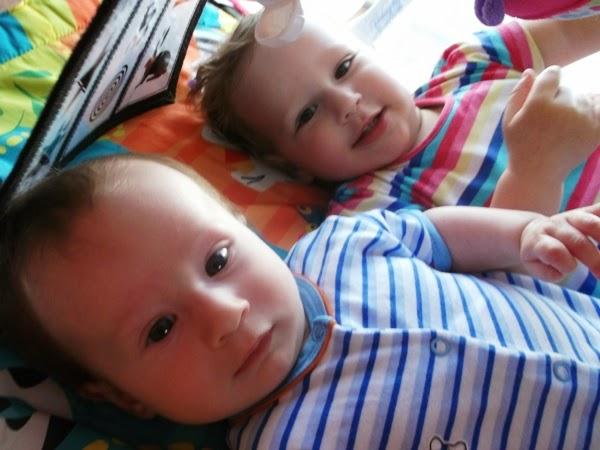 Szymek, 3 miesiące na macie edukacyjnej bright starts, rodzeństwo