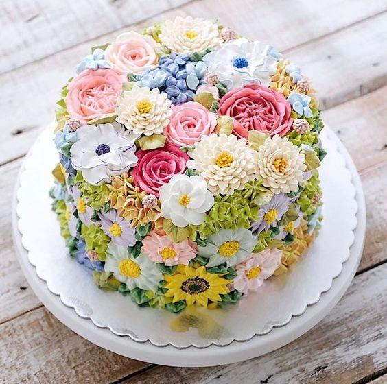 bánh sinh nhật hoa nhiều màu sắc