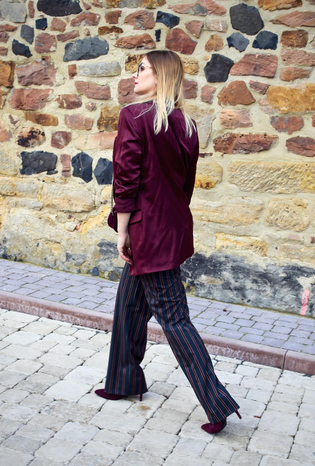 Blazer, T-Shirt und gestreifte Hose im Büro, Modeblog für Frauen ab 40