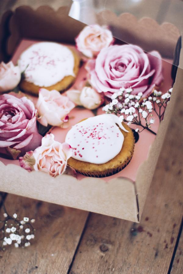 DIY Geschenke aus der Küche hübsch verpacken – schöne selbstgemachte Geschenkverpackung für Muffins mit frischen Rosen. titatoni.de