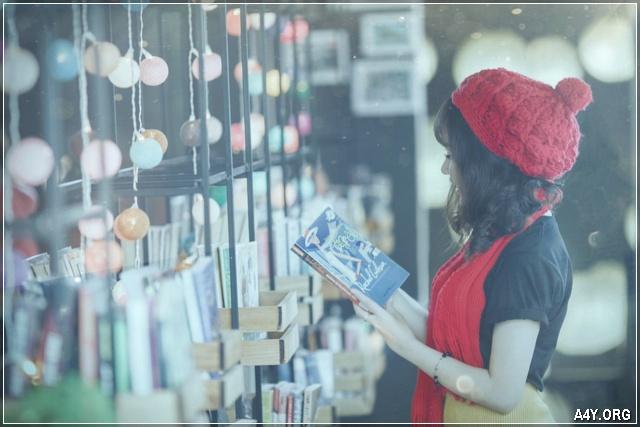 cô gái đứng đọc sách