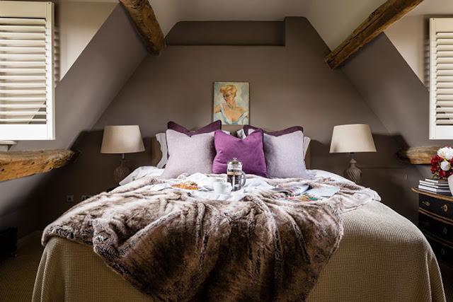 dormitor la mansarda cu accente de mov
