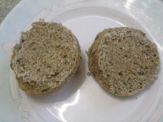 Petit pain express à la Purée d'Aromates au basilic de Maggi ouvert en deux