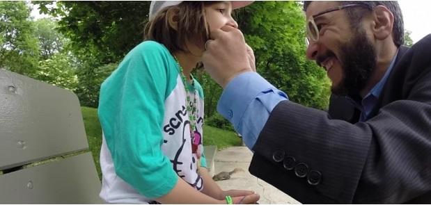 Padre utiliza ardilla para extraer diente flojo de su hija