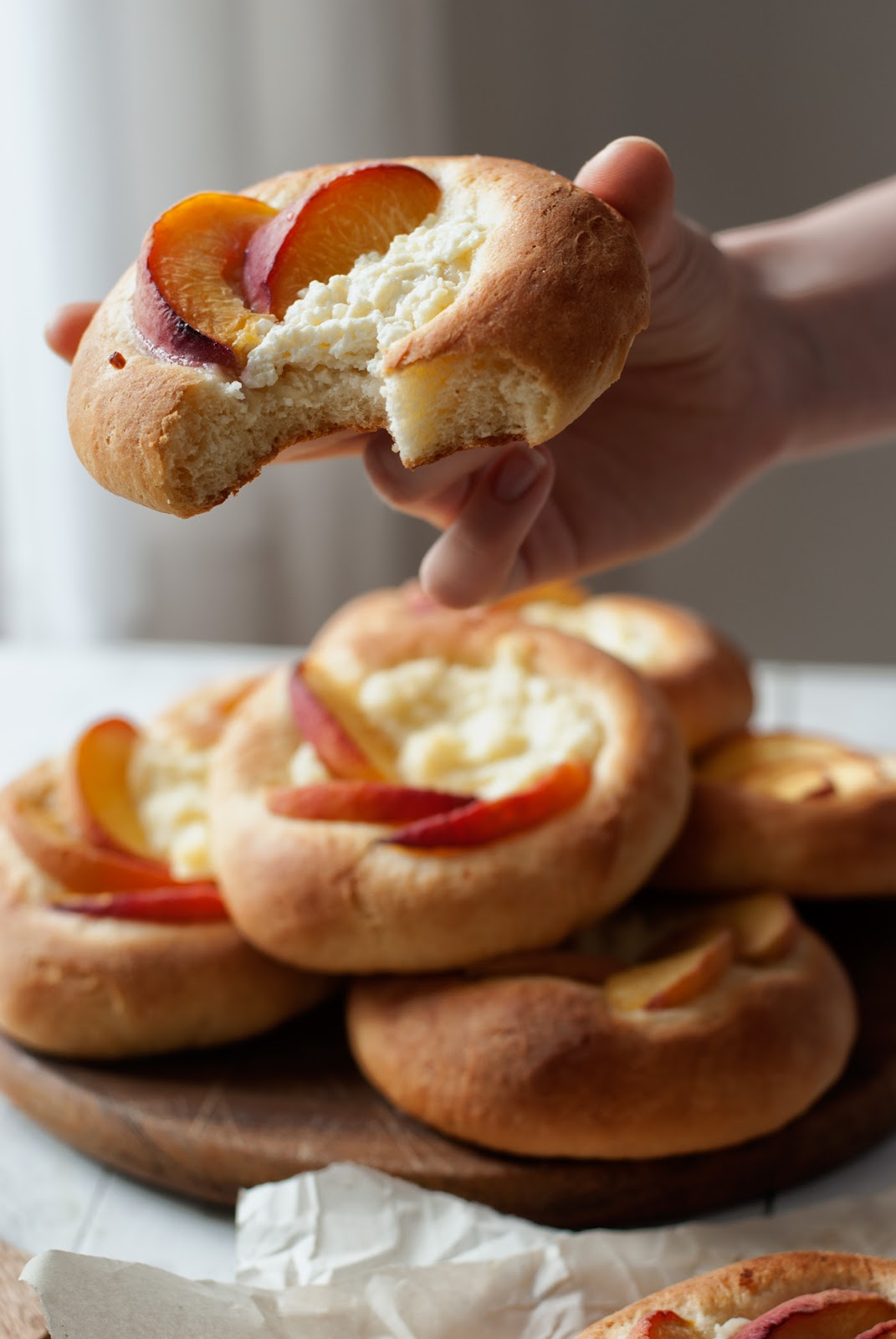 Drożdżówki owocowe z serem
