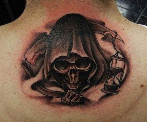 Grim Reaper tatuagem pelo pescoço. O reaper é mostrado em heads up enquanto crutching madeira foice e uma ampulheta por seu lado, contando o restante areias do tempo, até que uma alma é levado.