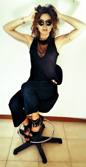 Modella con pantaloni crop in jeans