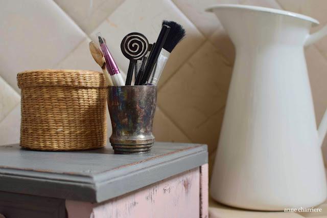 www.annecharriere.com, mesita de noche, pintura de leche, pintura de tiza, homestead house milk paint,