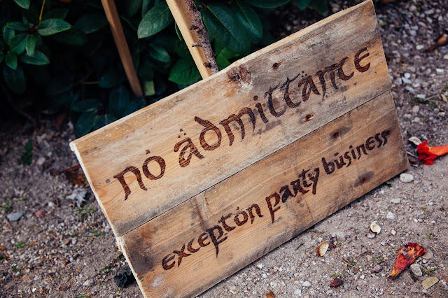 no admittance except on party business welkomstbord door middel van houtbranden