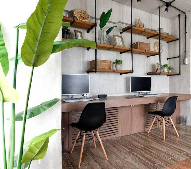 Despacho en el salón con mueble a medida y estanterías voladas con madera y hierro