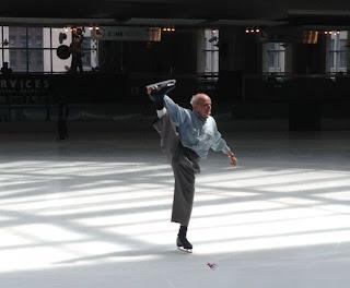 Imagen divertida abuelo gimnasta