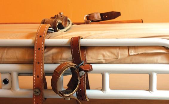מיטה לקשירת מטופלים , צילום: Getty Images