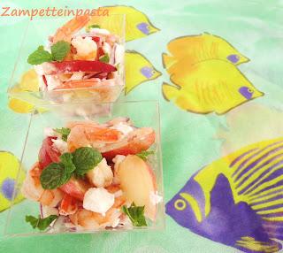 Insalata di pesche, gamberi e feta