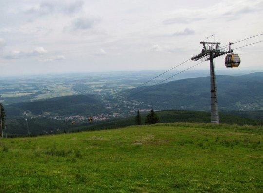 Wyciąg gondolowy na Stogu Izerskim. W dolinie widać Świeradów-Zdrój.