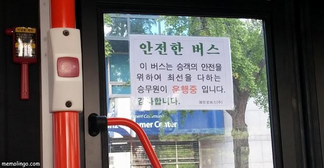 Cartel en coreano de un bus seguro de Seúl