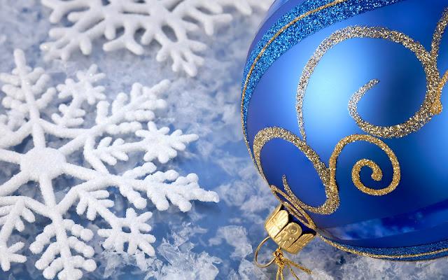 Witte sneeuwvlokken en blauwe kerstbal