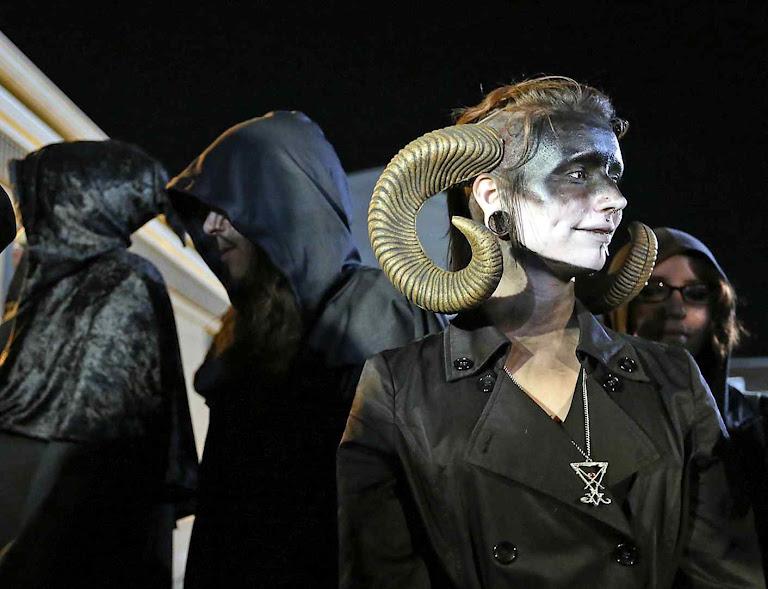 """Partidários do curso pós-escolar satanista segundo """"Los Angeles Times"""""""
