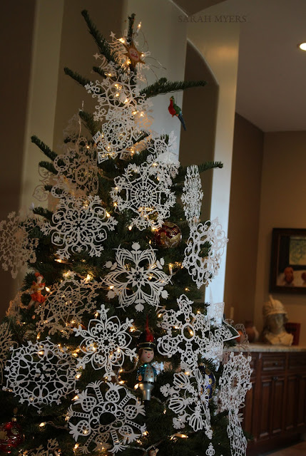 Christmas, tree, snowflakes, noel, navidad, natale, snow, paper, ornaments, 2016, Christ, angel, star, decorations, decor, deco, interior, interiores, house, home, casa, season, holiday, handmade, art, arte, lights, Christmastime, decoration, diy, weihnachten, cut-paper, medallions, handwork, Sarah, Myers, photography, front, sculpture, background