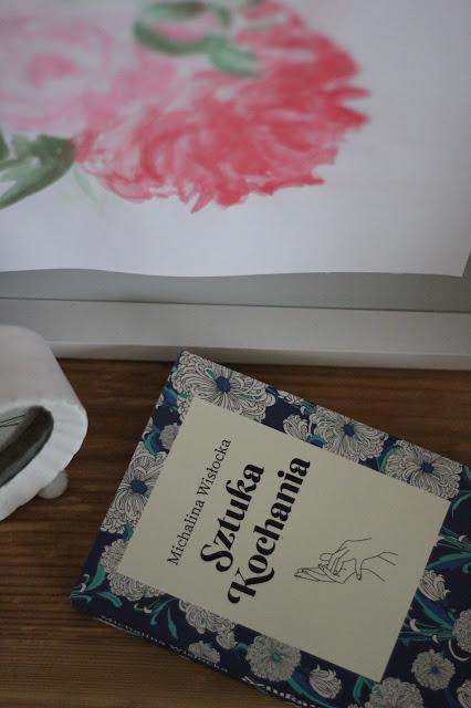 Michalina Wisłocka Sztuka kochania, obraz piwonie akwarele, biały budzik, drewniany stolik nocny, romantyczna sypialnia