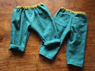 49af0934b36d2 少し前に作ったのがこの「タックパンツ」 パターンは朝井 牧子さんの『ハンドメイドベビー服enannaの80〜90センチサイズのかわいいお洋服』から。
