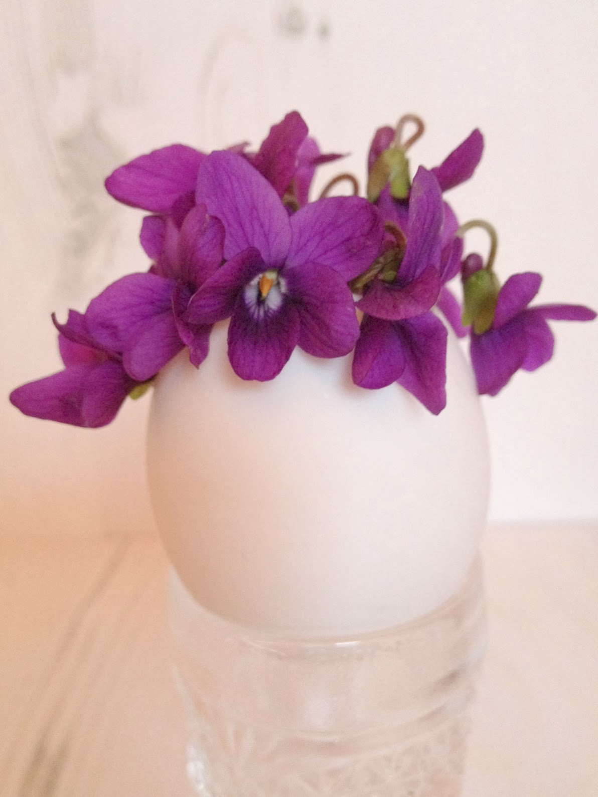 Egg shell flower vase