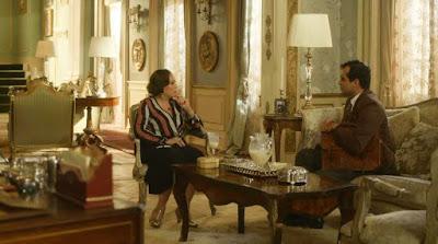 Emília (Susana Vieira) pede que Zeca (Eduardo Sterblitch) leve Justina (Julia Stockler) para o interior — Foto: Globo