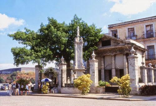 El Templete en la Plaza de Armas en la Habana Vieja