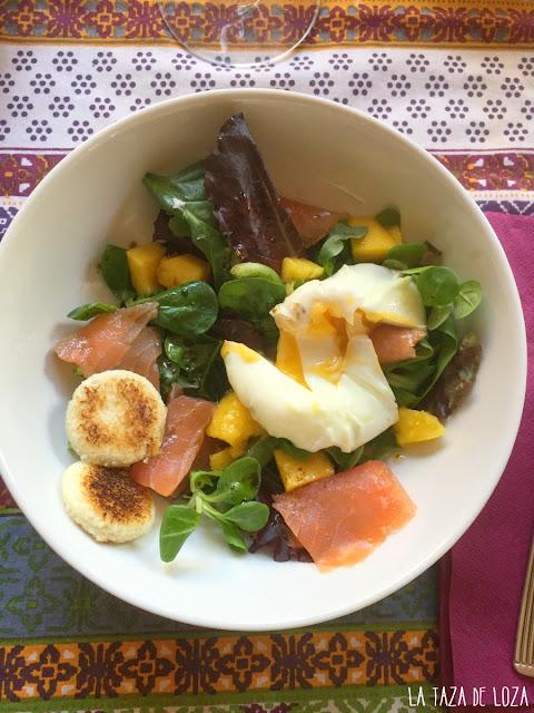 ensalada con salmón-ahumado-mango-pan-y-huevo-poché