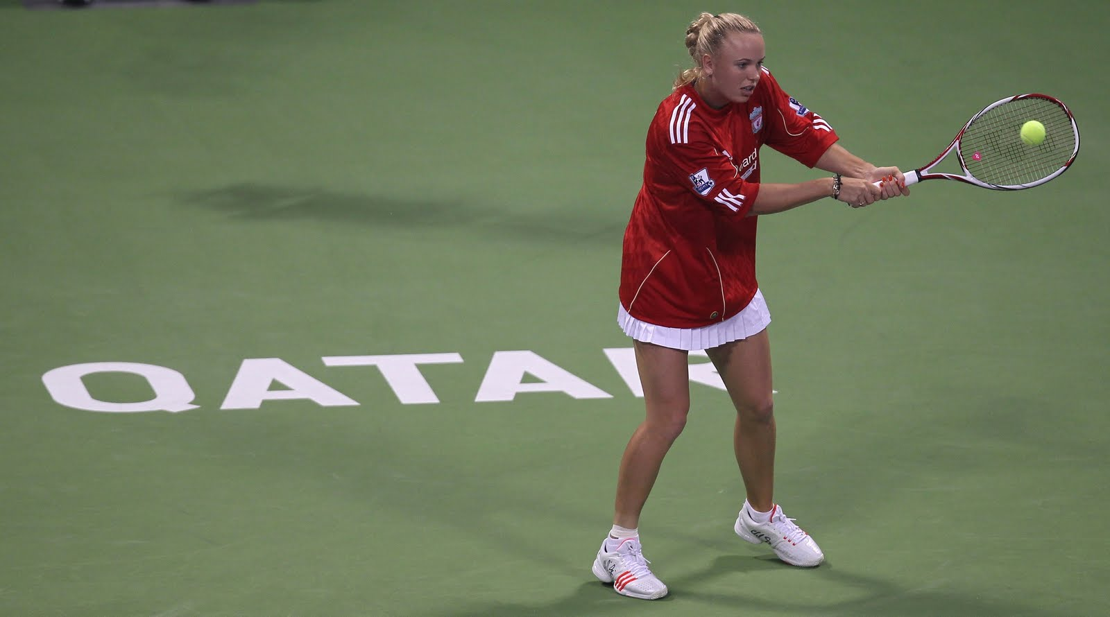 I den här vackra tröjan valde danska världsettan Caroline Wozniacki att  värma upp i inför sin match i Qatar tennisturneringen. 649514bae81ea