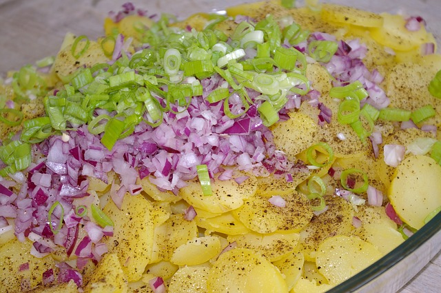 oignons rouges, oignons verts nouveaux, pommes de terre nouvelles, pour une salad vegan