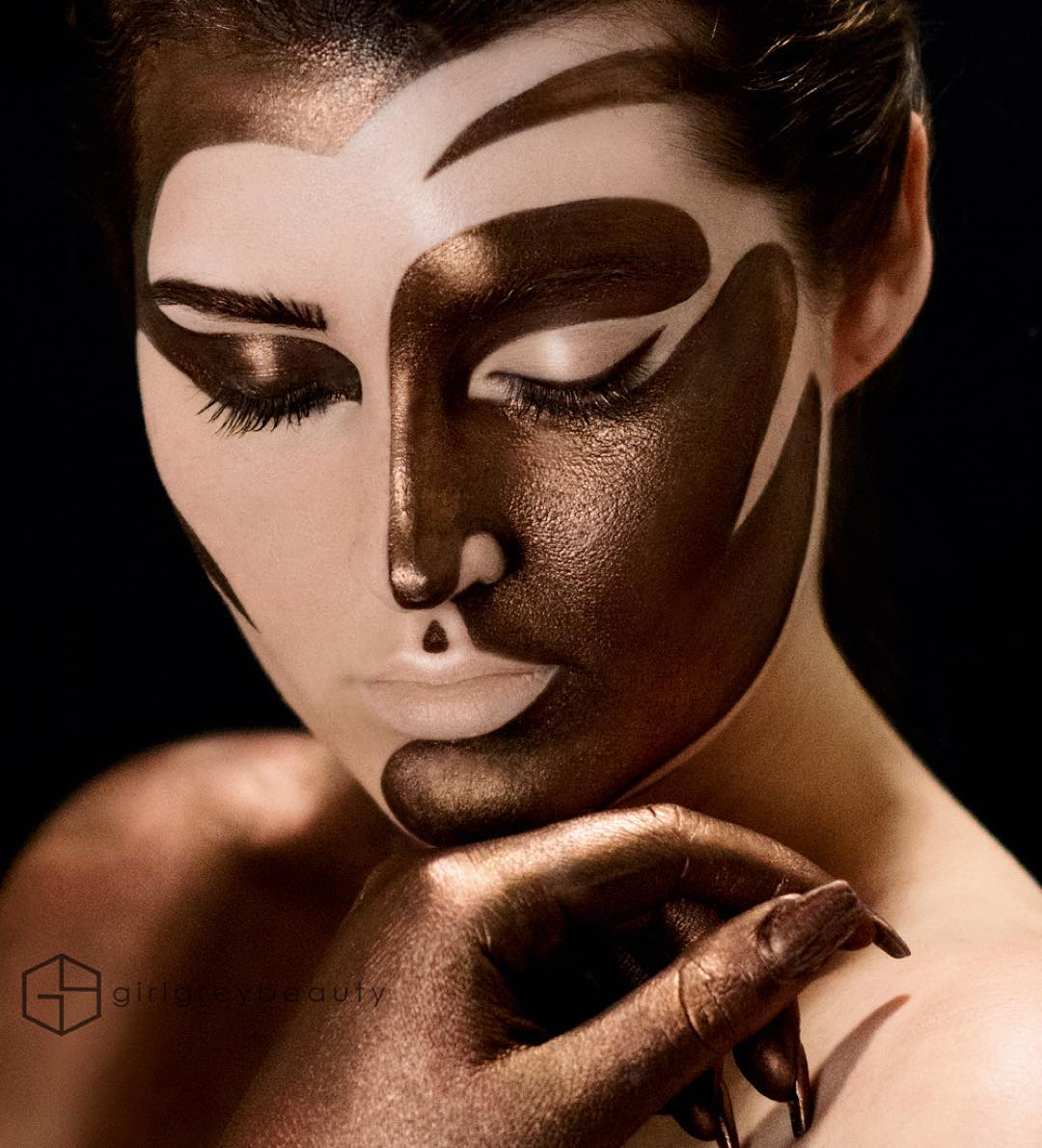 05-Bronzed-Andrea-Reed-Body-Painting-and-Lip-Art-www-designstack-co