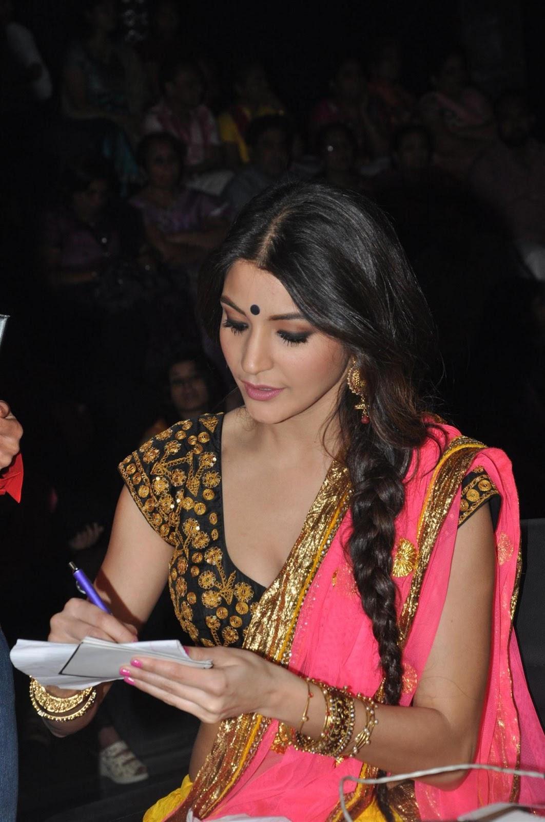 Anushka sharma and imran khan promoting matru ki bijlee ka mando on nach baliya.