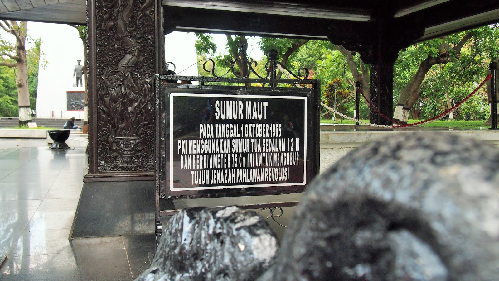 Kita akan membuka lorong waktu dan kembali ke masa 30 september 1965. Amadea Pradhipta: Melongok ke Sumur Maut di Lubang Buaya