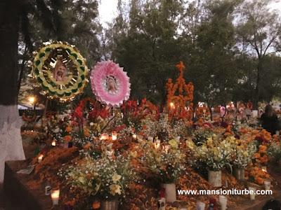 Panteones de Tzintzuntzan, en Temporada de Noche de Muertos