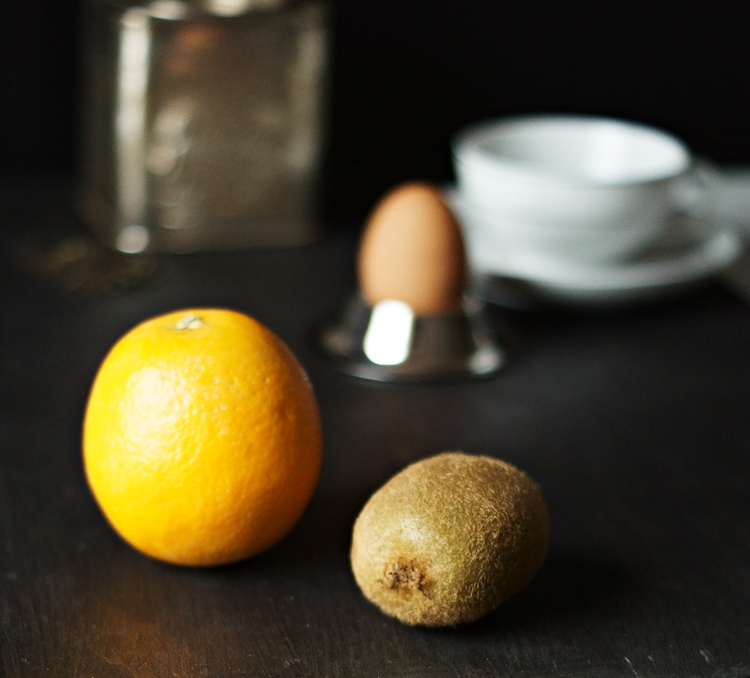 Blog & Fotografie by it's me! - Typisch für ... mein Frühstück - Orange, Kiwi, Ei, Teedose und Teetasse