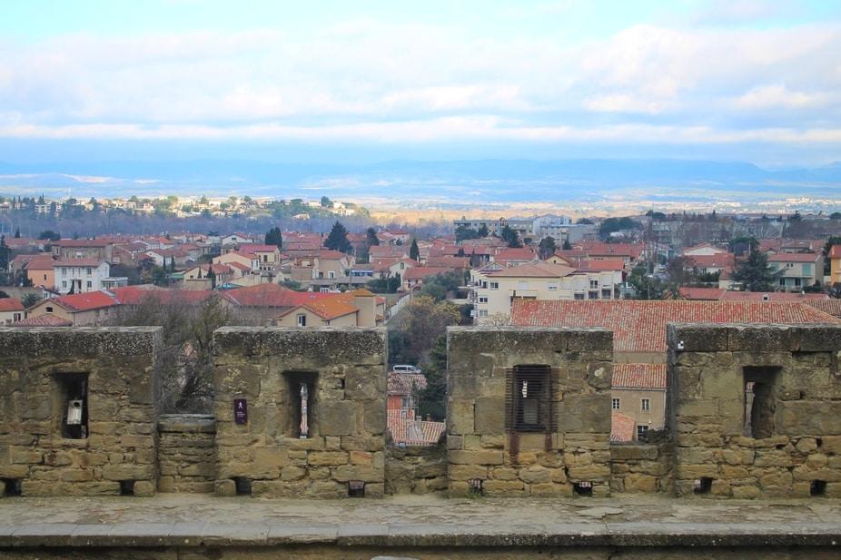 Visão da cidade além das muralhas.