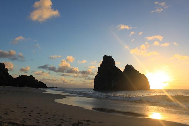 Amanecer en las playas de Fernando de Noronha, Brasil - Un Paseo con Ari
