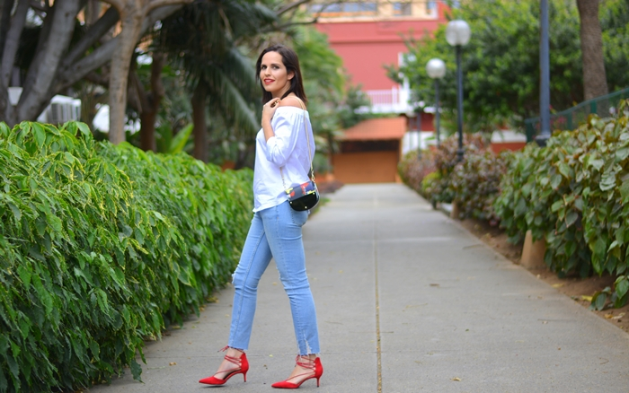 zara-top-jeans-red-shoes-outfit-street-style