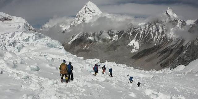 inilah fakta misteri keangkeran puncak tertinggi didunia, informasi biaya mendaki gunung everest, bisa melakukannya dibasecamp nepal dan tibet,