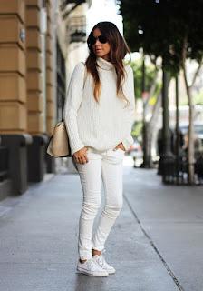 Peça branca é um essencial - calças, malha e ténis brancos