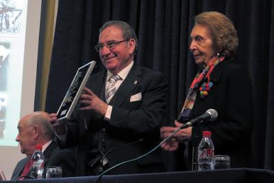 Emilio Serrano recoge el Manos Curtidas de manos de Carmina González
