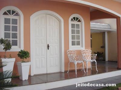 varanda-entrada-casa-decorada-com-vasos-e-cadeiras