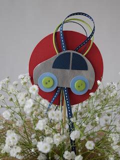 Διακόσμηση βάπτισης με μεταλλικό αυτοκινητάκι κόκκινο μπλε στικ σε κασπώ με λουλούδια