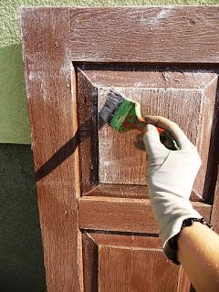 okiennice drewniane pomalowane na brąz,  pomalowane brąz z przetarciami  białymi