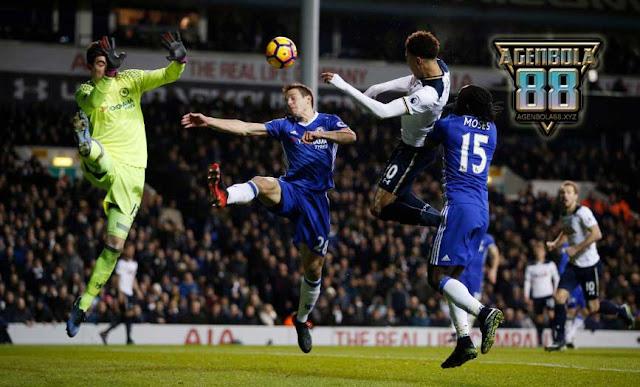 Duel udara pemain Chelsea dan Tottenham