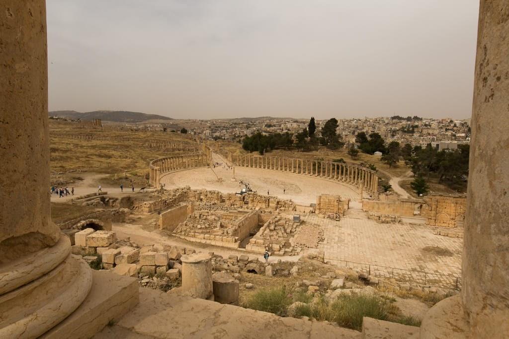 Vistas de la plaza oval desde el Templo de Zeus en Jerash