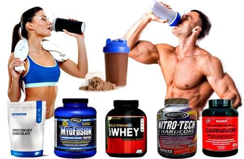 Hombre y mujer tomando su batido de proteínas tipo whey y beef protein